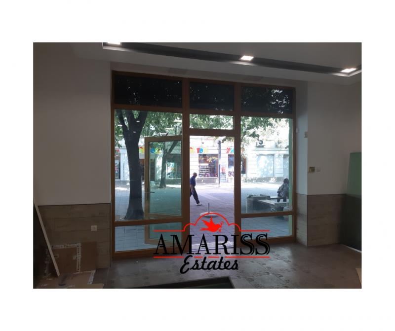 Продажба магазини и супермаркети в офис сграда гр. Бургас - Център 74m²
